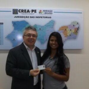 Presidente faz entrega da primeira das novas carteiras profissionais do Crea-PE