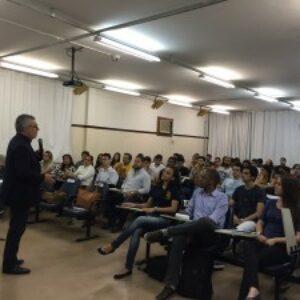Evandro Alencar palestra para alunos de Engenharia e visita Empresa Júnior da Unicap