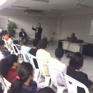 Com auditório lotado, Evandro faz palestra para estudantes de Engenharia da Devry Unifavip, em Caruaru