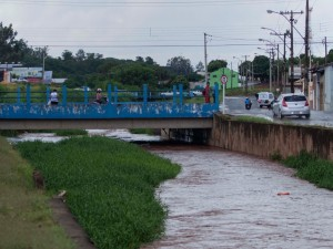 8jan2013-chuva-forte-causa-risco-de-transbordamento-no-corrego-campestre-na-cidade-de-lins-sp-nesta-terca-feira-8-1357678734032_1024x768