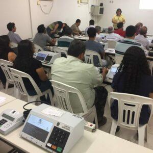 Servidores do CREA-PE recebem treinamento para utilização das urnas eletrônicas no pleito do próximo dia 15